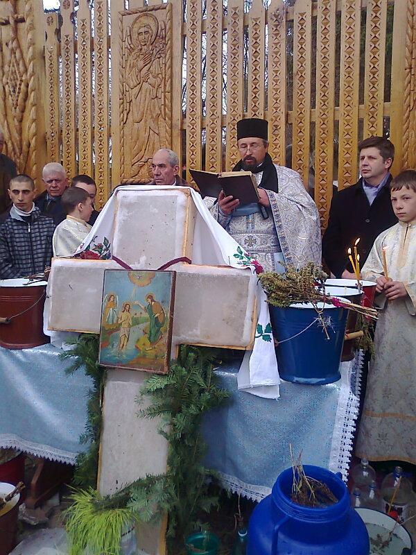 Preotul paroh, Romică Siminciuc, împreună cu primarul comunei Miroslovesti, Gospodaru Ionuţ